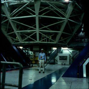 Das Very Large Telescope in Chile - Autor vor dem 8,2 Meter Spiegelteleskop Kuyen. Foto: Christian Wolter
