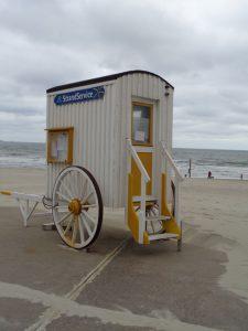 Zweckentfremdet: Ein ehemaliger Strandwagen dient heute als Strandservice. - Foto: Dieter Warnick
