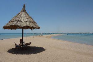 Am Strand von Hurghada. Foto: Von reisedoktor.com - reisedoktor.com, CC BY-SA 3.0, https://commons.wikimedia.org/w/index.php?curid=17570607