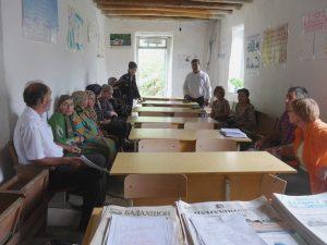 Diskussion zur Rinderhaltung mit einer Frauenkooperative.