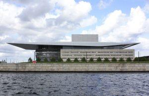 Die futuristisch anmutende königliche Oper (Bild: Oliver Richter)