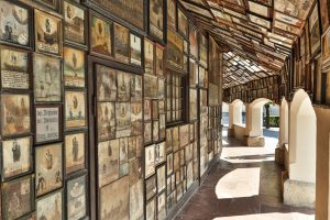 Die Gnadenkapelle in Altötting ist eine Wallfahrtskapelle, an deren Außenwänden und im Inneren unzählige Votivtafeln angebracht sind, aus Dankbarkeit zur Mutter Gottes. - Foto: Inn-Salzach-Tourismus