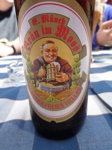 Beim Bräu im Moos machen die Bierwallfahrer Mittagspause. Ein alkoholfreies Helles ist jetzt angesagt. - Foto: Dieter Warnick