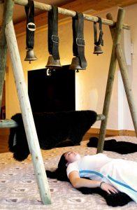 Die Klänge originaler Kuhglocken werden meditativ eingesetzt. Foto; Ermitage Wellness & Spa Hotel
