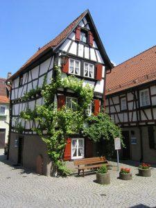 Mosbach: Das Haus Kickelhain ist eines der kleinsten freistehenden Fachwerkhäuser Deutschlands mit einer Grundfläche von nur 26 Quadratmetern auf vier Etagen. Das Haus gehört heute zum Museumskomplex und zeigt, wie einst die Menschen darin gewohnt und gelebt haben. – Foto: Stadt Mosbach