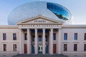 Der aufsehenerregende, elipsenförmige Aufbau des Museums De Fundatie besteht aus 55 000 blau-weißen Fliesen. - Foto: Pedro Sluiter