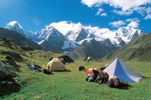Auf nur wenigen Trekkingrouten kann man den schneebedeckten Gipfeln der imposanten Berge so nahe kommen wie auf einer Rundreise durch Peru. - Foto: Promperu