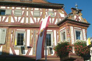 Seligenstadt: Das am Marktplatz stehende Einhardhaus wurde 1596 erbaut und erinnert an Einhard, dem Gründer des Seligenstädter Klosters, der damit auch zum Gründer der Stadt wurde. – Foto: Matthias Neubauer