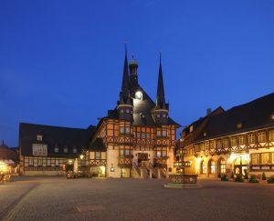 Das Rathaus der 35.000-Einwohner-Stadt Wernigerode ist vor allem bei Nacht ein Hingucker. – Foto: M. Bein