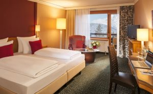 Von diesem Zimmer aus kann der Gast einen herrlichen Blick auf die Hohe Munde genießen. - Foto: Krumers Alpin Resort & SPA