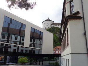 Immer wieder trifft in Kufstein alt auf neu. Dieses Miteinander korrespondiert ganz ausgezeichnet. - Foto: Dieter Warnick