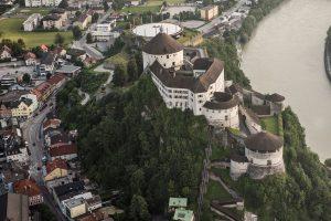 Erst aus der Luft ist genau zu sehen, wie majestätisch und erhaben die Festung Kufstein über dem Inn thront. - Foto: Foto: TVB Kufsteinerland