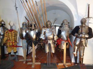 Die Festung beherbergt viele Museen (in diesem Raum werden Ritterrüstungen gezeigt) und es finden zahlreiche Ausstellungen statt. - Foto: Dieter Warnick