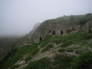 Alte Soldaten-Wohnhöhlen am Pasubio.