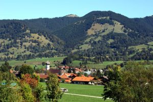 Unterammergau mit Hörnle. - Foto: Ammergauer Alpen / Hanspeter Schoene