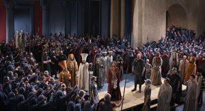 """Szene Jesus vor Pilatus: Die Menschen, die dem Hohen Rat angehören, haben sich erhoben und führen Jesus zu Pilatus. """"Wir haben festgestellt"""", sagen sie, """"dass dieser Mann unser Volk aufwiegelt; er hält die Leute davon ab, dem Kaiser Steuern zu zahlen, und behauptet, er sei der Messias und König. - Foto: Ammergauer Alpen / Brigitte Maria Mayer"""