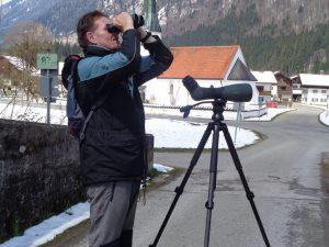 """""""Bewaffnet"""" mit Teleskop und Fernglas ist Markus Gerum fast täglich der Natur auf der Spur. - Foto: Dieter Warnick"""