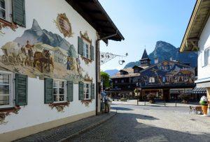 Die Fassaden im Ortszentrum von Oberammergau verzücken mit ihrer aufwendigen Lüftlmalerei. - Foto: www.zugspitz-region / Wolfgang Ehn