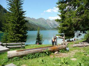 Eine Erfrischung nach einer Wanderung tut immer gut. - Foto: Gstaad Saanenland Tourismus
