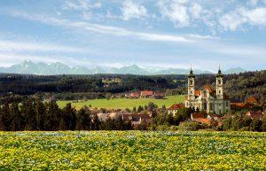 Ottobeuren wird optisch und kulturell geprägt von der mächtigen Benediktinerabtei. - Foto: Christian Prager