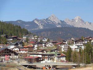 Seefeld liegt auf einer Hochebene zwischen Wettersteingebirge und Karwendel an einer seit dem Mittelalter bedeutenden Altstraße von Mittenwald nach Innsbruck. - Foto: Dieter Warnick