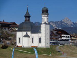 Das Seekirchl steht als Wahrzeichen Seefelds am Ortsrand des Ortsteils Kirchwald. - Foto: Dieter Warnick