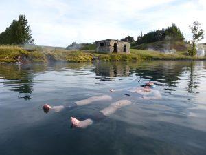 Floating in der Secret Lagoon. - Foto: Thomas Linkel