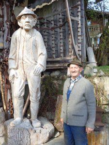 Zu Lebzeiten schon in Holz verewigt: Sepp Maier, rechts das Original. - Foto: Dieter Warnick