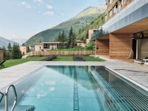 Ein 3.000 Quadratmeter großer Spa-Bereich mit Pools, Naturteich, Saunen und großem Massage- und Wellness-Angebot lässt keine Entspannungs-Wünsche offen. Foto: Schultz Gruppe