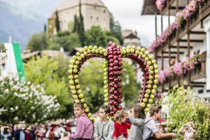 Der Trachtenumzug ist das Highlight von Schennas Herbstfest der Schützen. - Foto: Tourismusverein Schenna / Klaus Peterlin