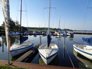 Der Ückeritzer Hafen in unmittelbarer Nähe zum Café Knatter ist ein vergleichsweise kleiner Sportboothafen. Er liegt am Achterwasser und bietet etwa 50 Liegeplätze für flachgehende Boote unter einem Meter Wassertiefe. - Foto: Dieter Warnick