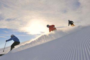 Skifahrer auf frisch präparierter Piste im Gebiet Serfaus-Fiss-Ladis. - Foto: Sepp Mallaun