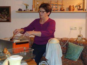 Knieküchle backen ist eine wahre Kunst; Rosemarie Blechschmidt aus Creglingen-Archshofen eine Meisterin darin.