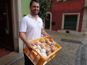 Bäckermeister Florian Striffler zeigt einen Korb mit einer Rothenburger Spezialität, den Schneeballen.