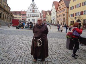 Wer eine Stadtführung durch das mittelalterliche Rothenburg macht, der wird von der besonderen Atmospäre begeistert sein. Daniel Weber, Vorsitzender des Vereins der Rothenburger Gästeführer, erzählt in seiner sehr blumigen Sprache allerlei Anekdoten.