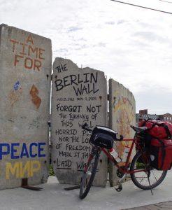 Am Beginn einer Mole im Hafen von Portland (Maine) steht ein Stück der Berliner Mauer.