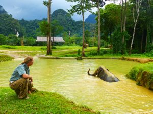 Mod Dang genießt ein Schlammbad. – Foto: Anke Sieker
