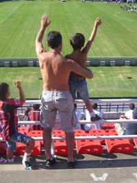 Wenn der Vater mit dem Sohne: im Stadion von San Lorenzo.
