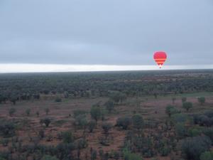 Roter Ballon über roter Erde.