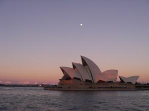 Die Oper ist Sydneys Wahrzeichen - ein architektonisches Aushängeschild in der Dämmerung.