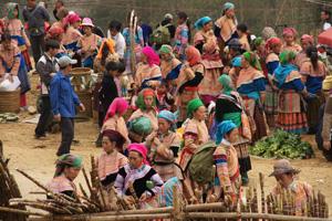 Trachten in allen Farben des Regenbogens: der Markt in Can Cau.