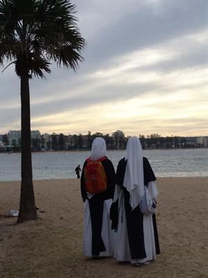 Zwei Nonnen am Strand von Manly.