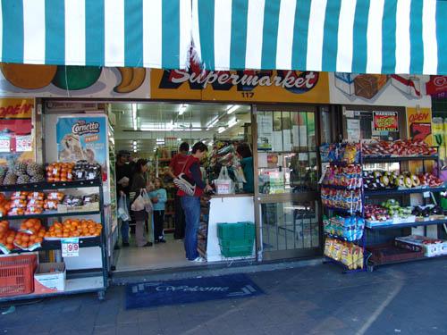 Typischer kleiner Supermarkt in jedem Vorort.