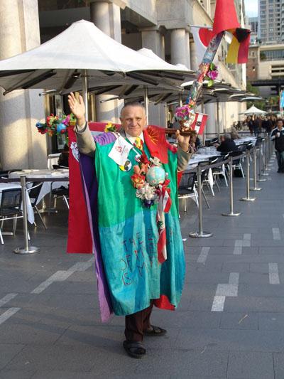 Manche Australier sind auch etwas seltsam: der Flaggenmann.
