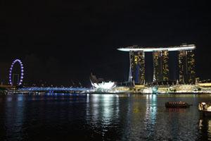 Ein Schiff auf drei Stelzen: In Singapurs Hafenviertel regiert der Protz. Daneben das Riesenrad.
