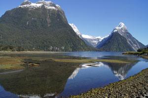 Der Blick zurück kurz vor der Abreise - der doppelte Mitre Peak (rechts), der höchste Berg am Fjord.
