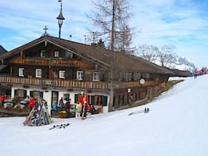 Der Schroll-Hoff, direkt an der Piste ist Tirols ältester Erbhof; Foto Heiner Sieger