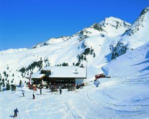 Hotel und Skihütte am Rand der Piste und am oberen Ende der präpartierten Rodelbahn gelegen: das Graf-Ferdinand-Haus.