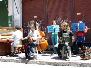 Tango unter freiem Himmel: Manchmal schleppen junge Leute ein Klavier auf den Bürgersteig und geben ein Freiluftkonzert. Foto: Clara Grau