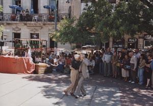 Auf der Plaza Dorrego erliegen auch Ältere dem Tanztrieb. Foto: Clara Grau